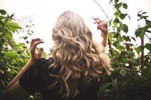 Masáž pokožky hlavy a jej blahodarné účinky na rast vlasov